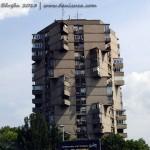 Bloc asimetric la intrare în Belgrad, Serbia - iulie 2013
