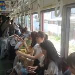 Un tramvai din Osaka la ora 2 după amiaza. Un vagon obișnuit, nu vagonul pentru femei.