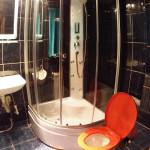 Şaptesprezece zile mai târziu, cabina de duş e montată!