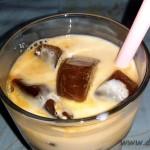 Lunea mâinilor îndemânatice: cuburi de gheaţă din cafea, cu lapte
