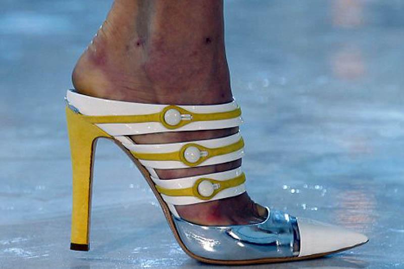 Aşa arată picioarele unui model care a purtat pantofi cu toc TIMP DE O LUNĂ la Fashion Week
