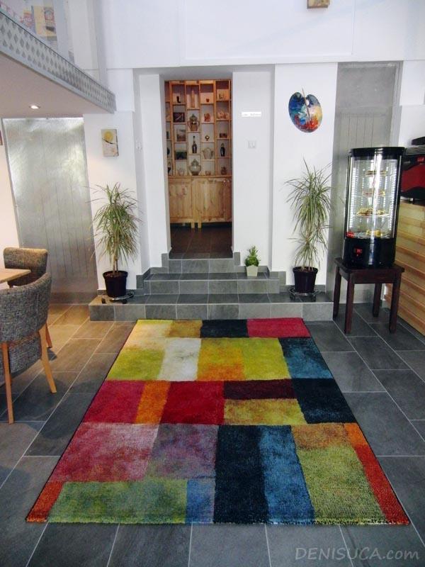 3 covorul colorat de la cafeneaua jos palaria