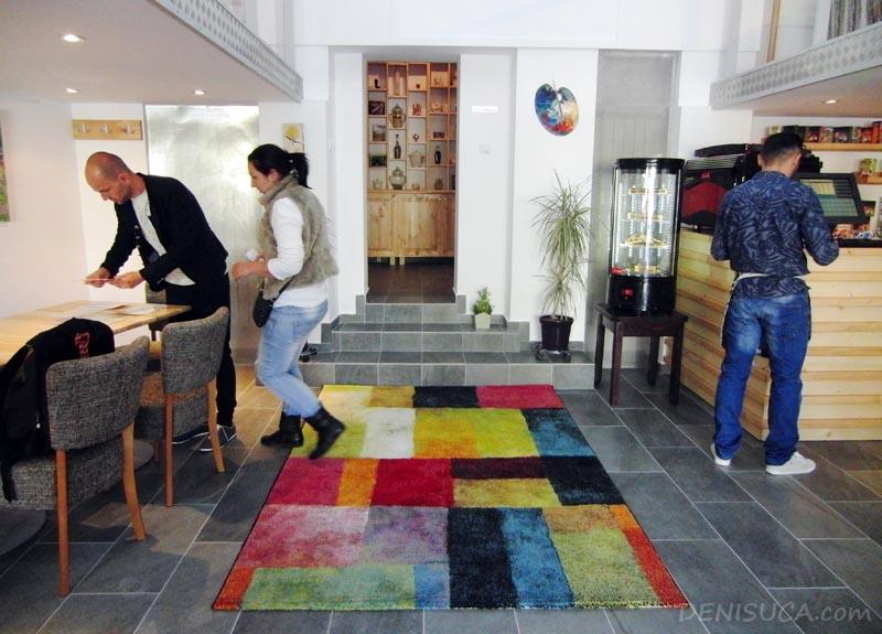 4 covorul colorat de la cafeneaua jos palaria