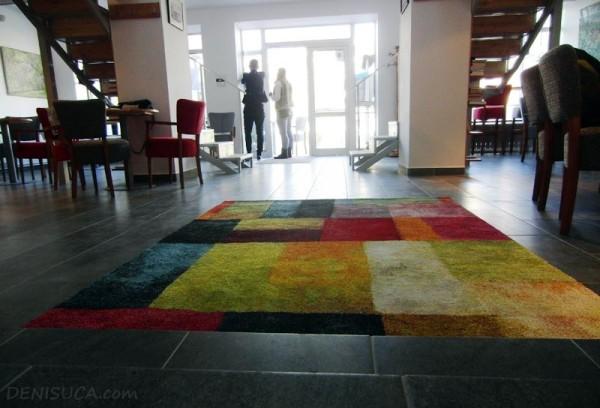 covorul colorat de la cafeneaua jos palaria