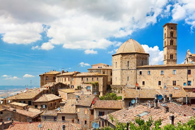 "Foto: View of the roofs of a small town ""Volterra"" in Tuscany, Italy, de la Shutterstock"