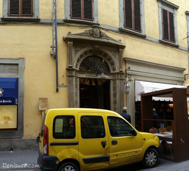 Intrarea în Officino Profumo Farmaceutica di Santa Maria Novella, un picuț obstrucționată de o mașină parcată. Sigur e tot timpul așa, pentru că tot centrul orașului Florența e la fel de înghesuit.