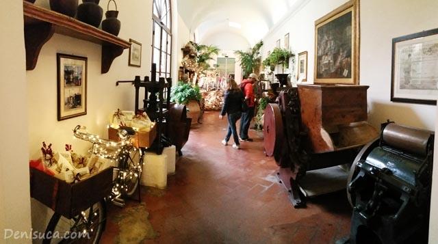 În spate, la parfumeria Santa Maria Novella