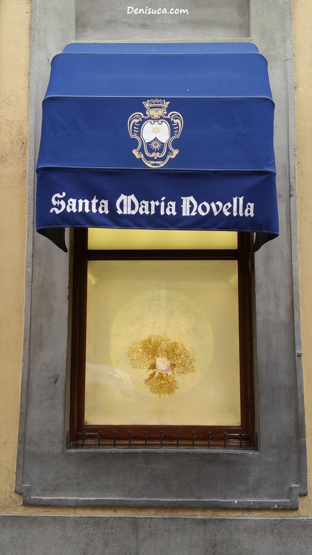 Vitrina de lângă intrarea în Officino Profumo Farmaceutica di Santa Maria Novella, Florența, Italia.