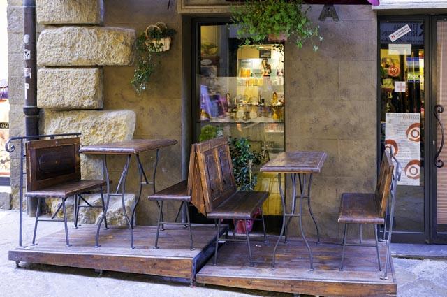 Exemplu de terasă cu doar două mese. Foto: Shutterstock