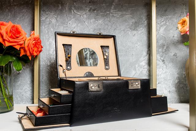 Casetă pentru bijuterii de la iLUX