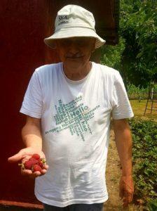 Tata, mândru de roadele culese din grădina proprie!