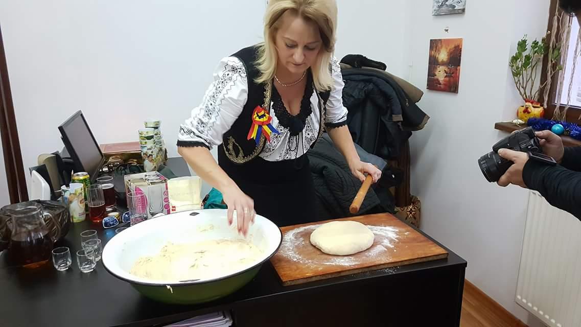 """Pe lângă costumele tradiționale pe care le face de la zero, doamna Mirela Groza face niște """"cocuri"""" (gogoși) se te lingi pe degete!"""