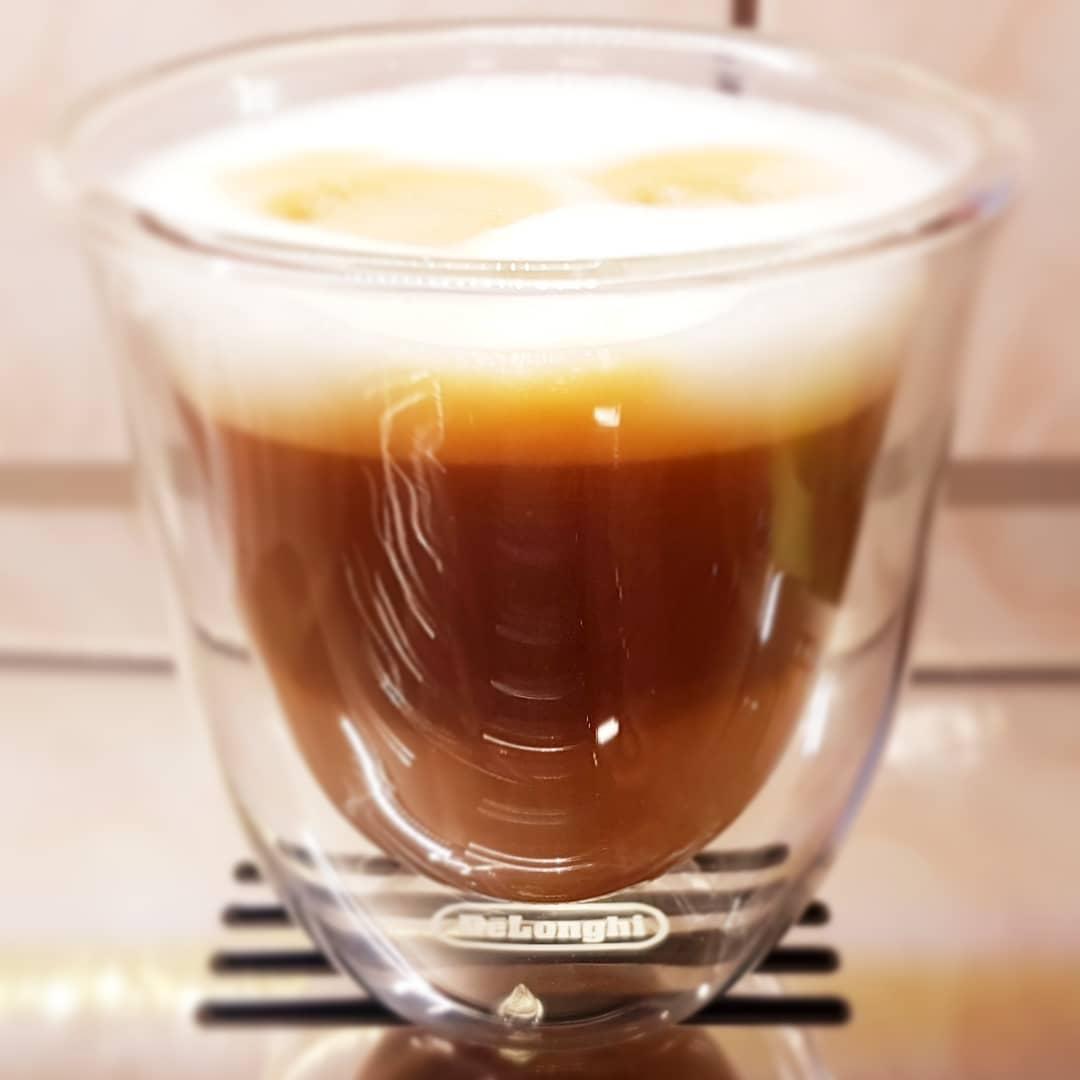 Cappuccino făcut acasă cu espressorul DeLonghi